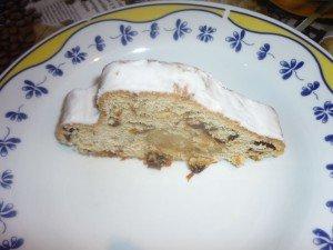 Un cake fourré de massepain et de raisins secs.